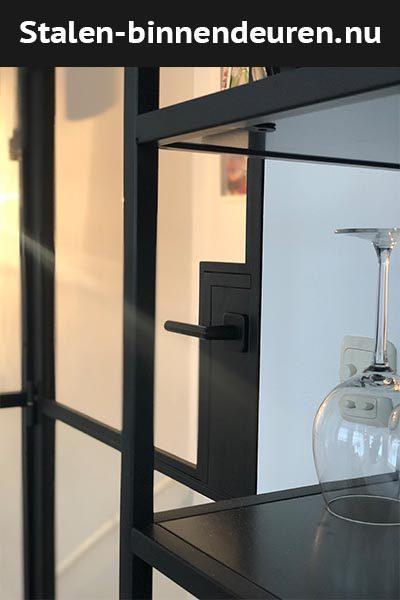 Stalen binnendeuren closeup scharnierdeur deurbeslag